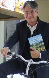 Vilafranca del Penedès. Oficina d'informació turística. Km0 de les Rutes del Vi i el Cava. Lluís Tolosa, autor de la Guia d'enoturisme del Penedès, després de la presentació del seu llibre.